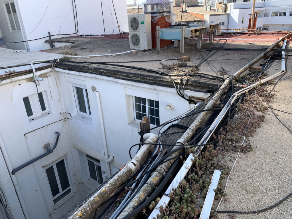 Foto: Restauración de cubiertas edificio Valencia, antes intervención PUNTAL TÉCNICO